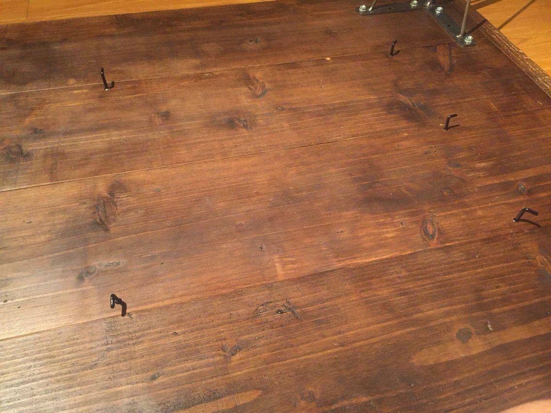 テーブル裏の四隅にL字の釘