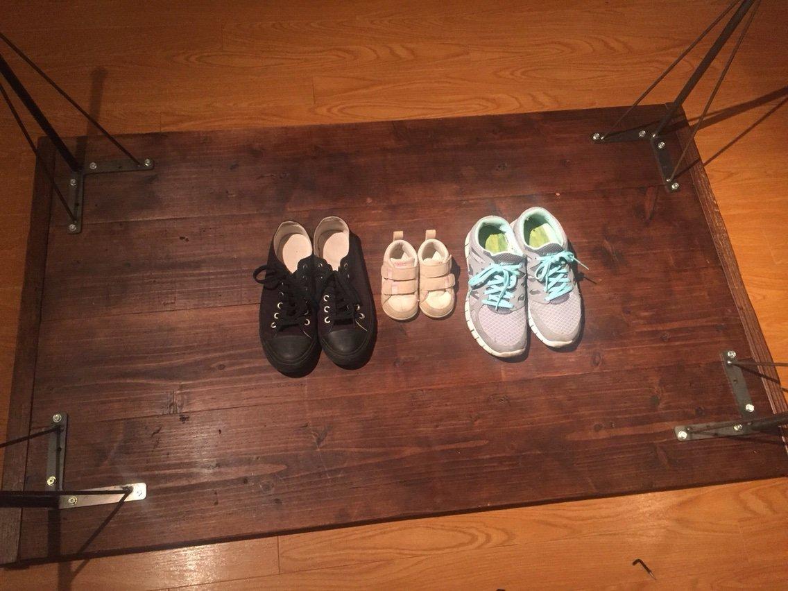 テーブルの裏にセットした靴