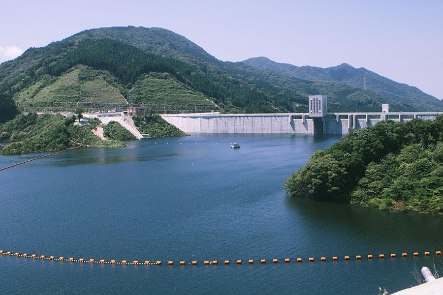 五ケ山ダムのダム湖と堤体
