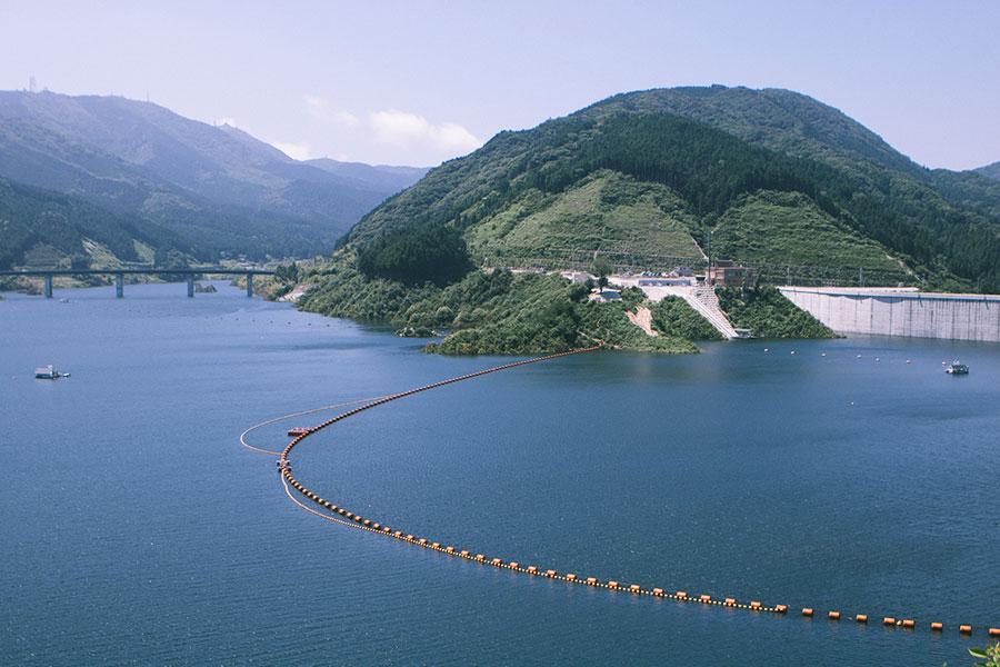 五ケ山ダムのダム湖とダムサイト記念公園予定地