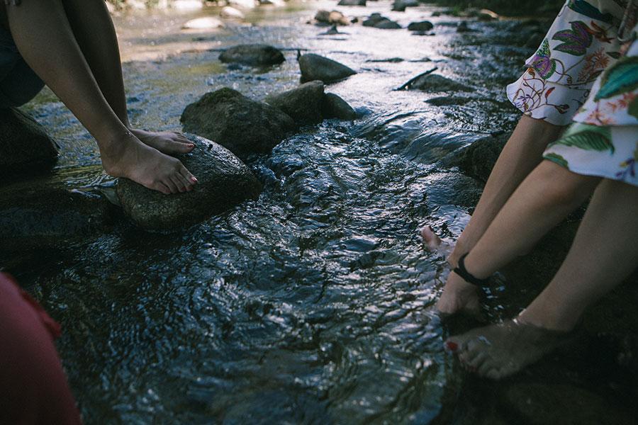 手足をつけてのんびり