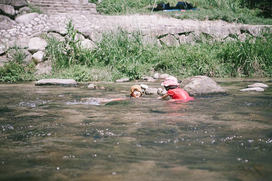 浅瀬で子どもは遊び放題