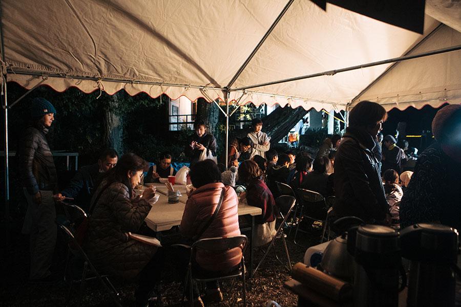 テントの下に憩う人たち