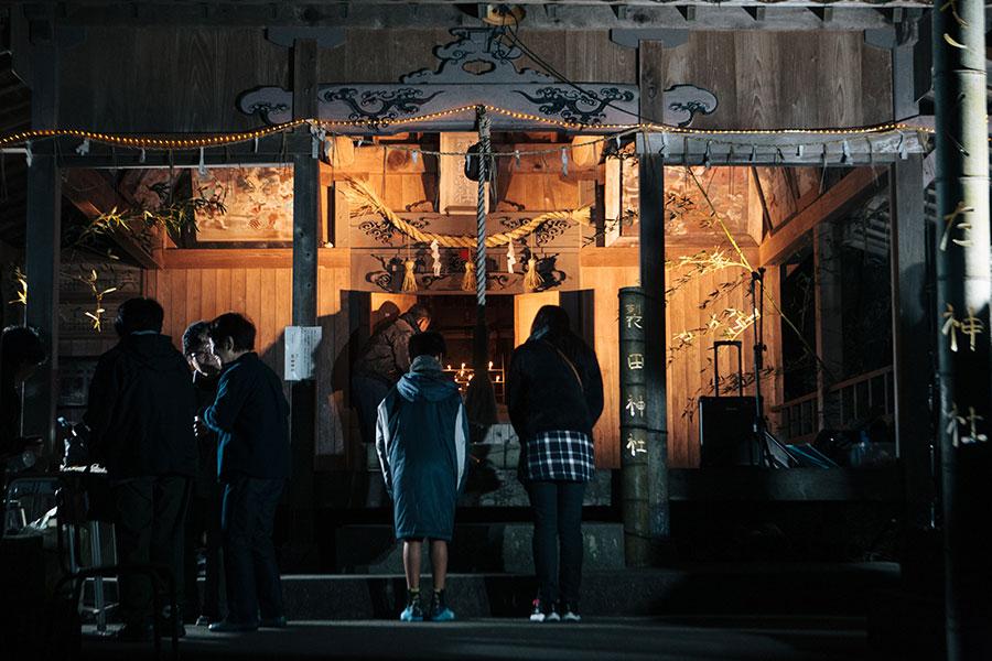 裂田神社でお参りする親子