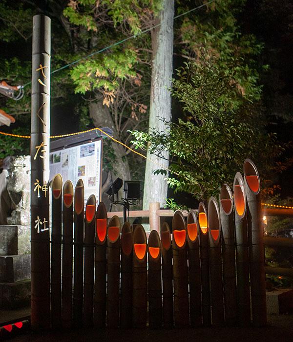 裂田神社境内の竹灯籠のオブジェ