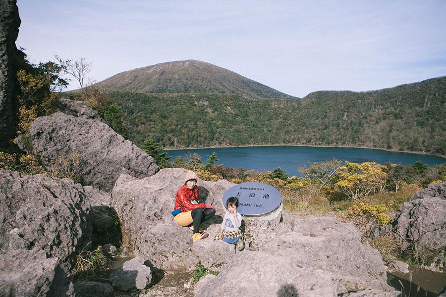 大浪池の看板前で記念写真