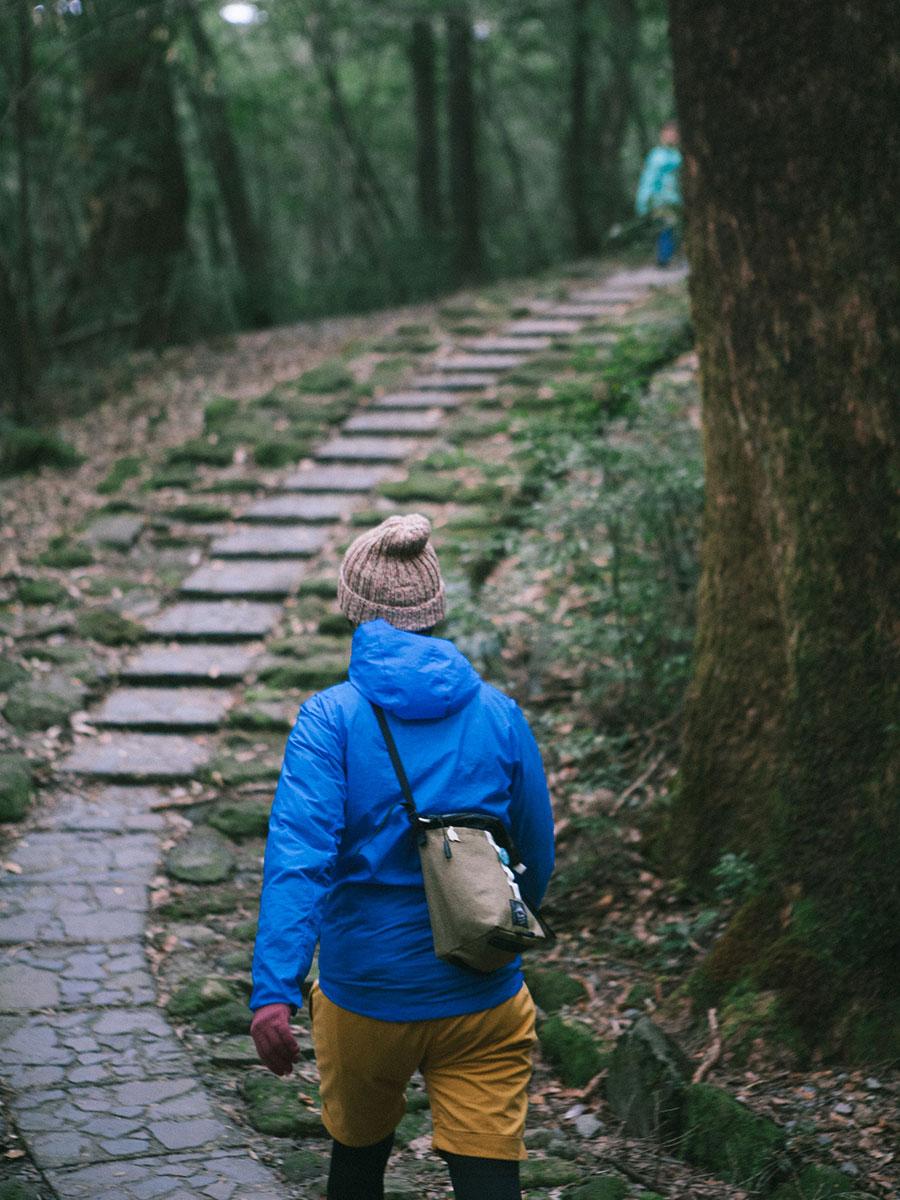 大浪池登山口からの石段を歩く妻と娘