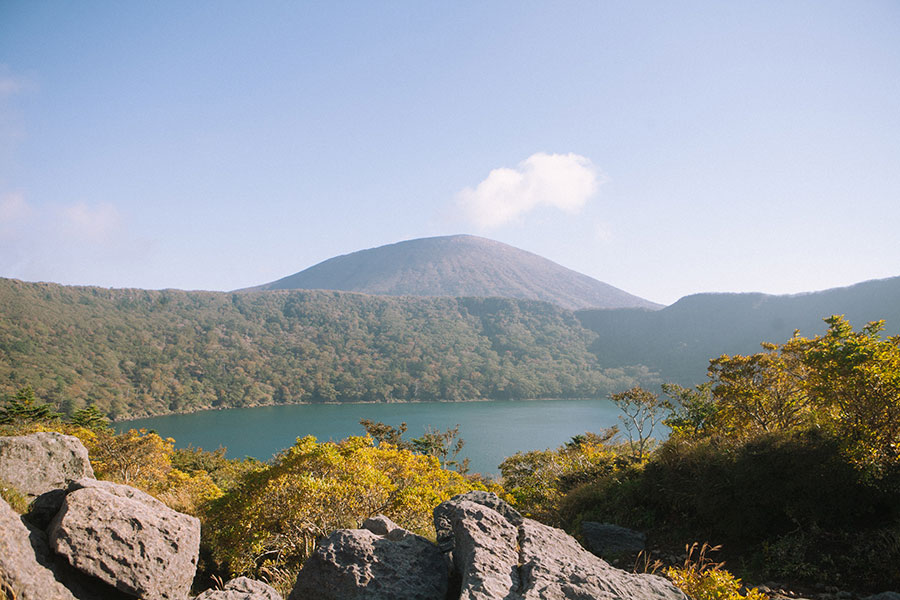 大浪池登山口から最初に見る大浪池と韓国岳