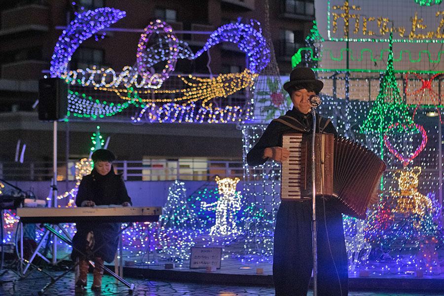 演奏する新井武人さんと中島千智さん