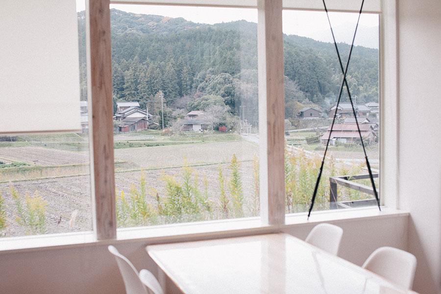 窓からは小笠木ののどかな風景