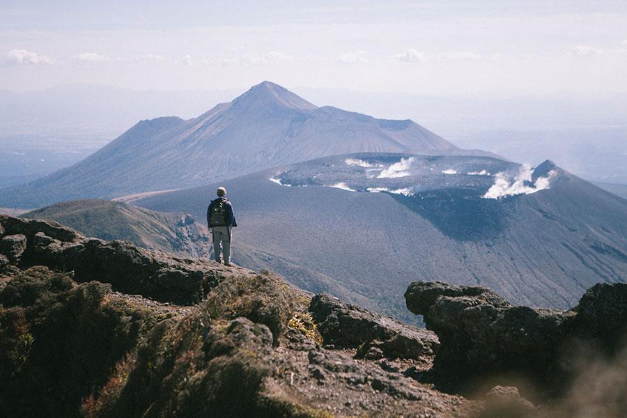 韓国岳山頂で新燃岳と高千穂峰を眺めるご紳士