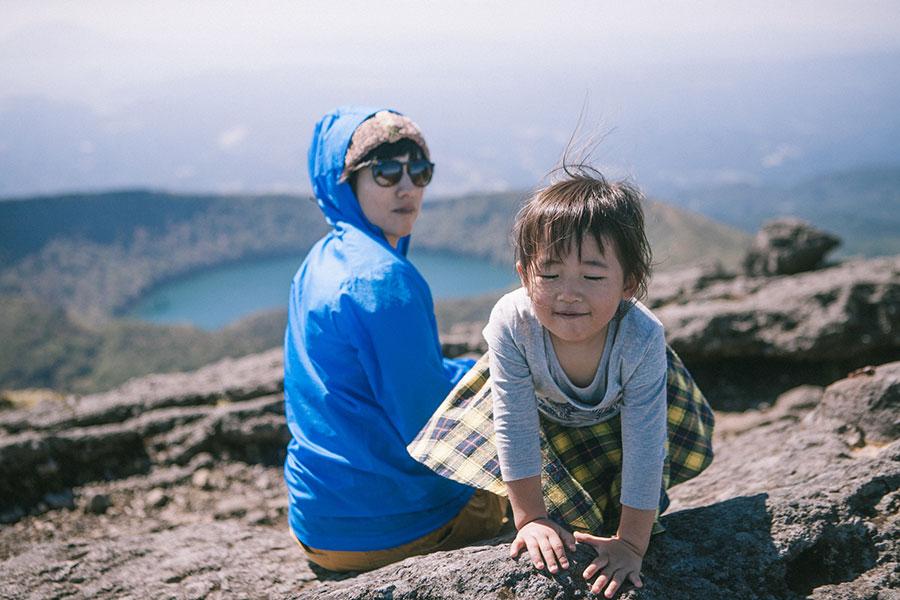 韓国岳山頂の休憩でご満悦の娘