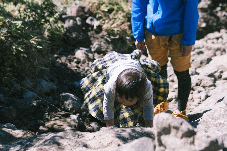 韓国岳山頂直下のガレ場で頑張る娘1