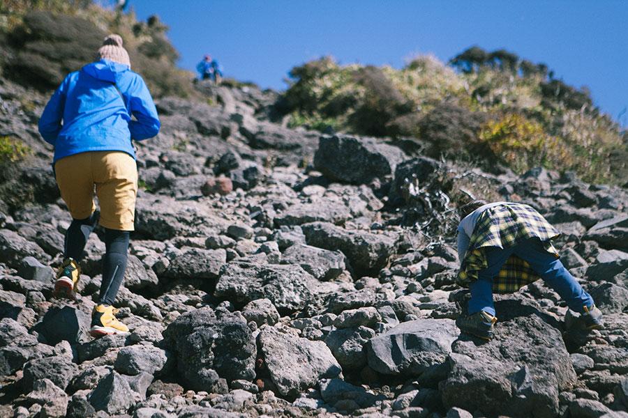 韓国岳山頂直下のガレ場で頑張る娘2