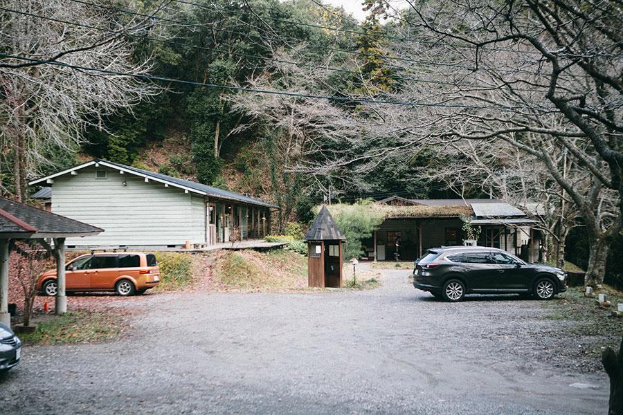 駐車場側から見管理棟と飲食店