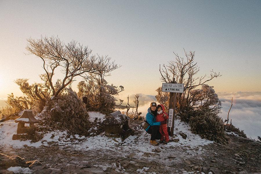 祖母山山頂でご来光後の幻想的な時間