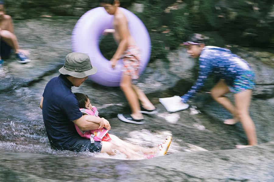 天然のウォータースライダー(滝すべり)