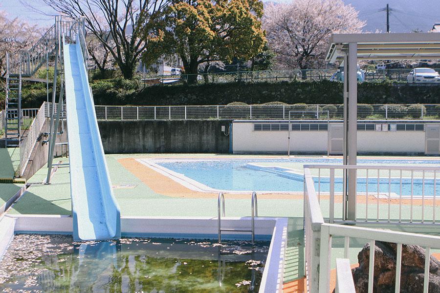 ウォータースライダーと流水プール