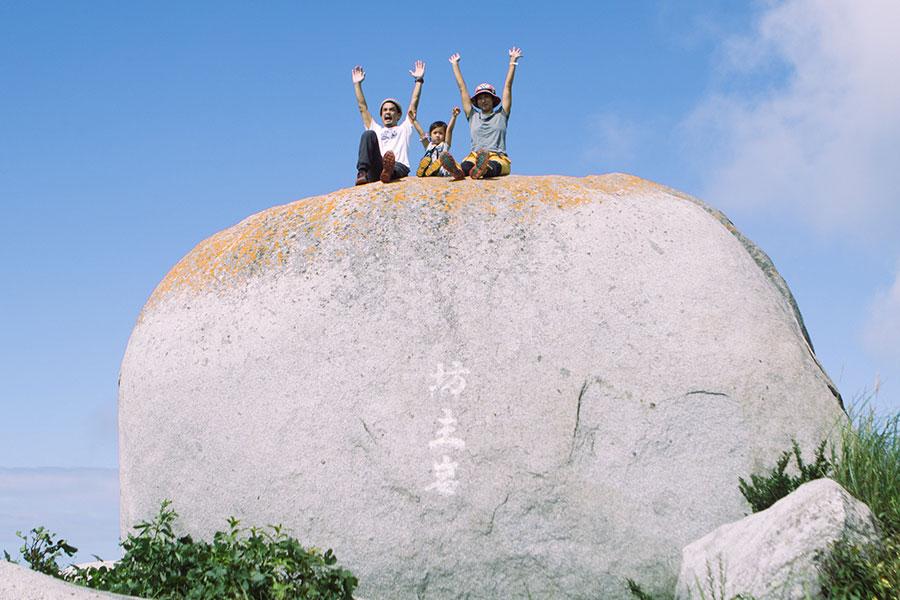十坊山の坊主岩で家族で万歳