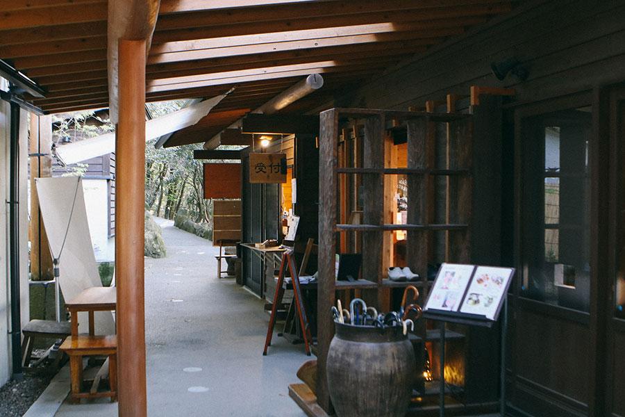 受付とカフェの入口周辺