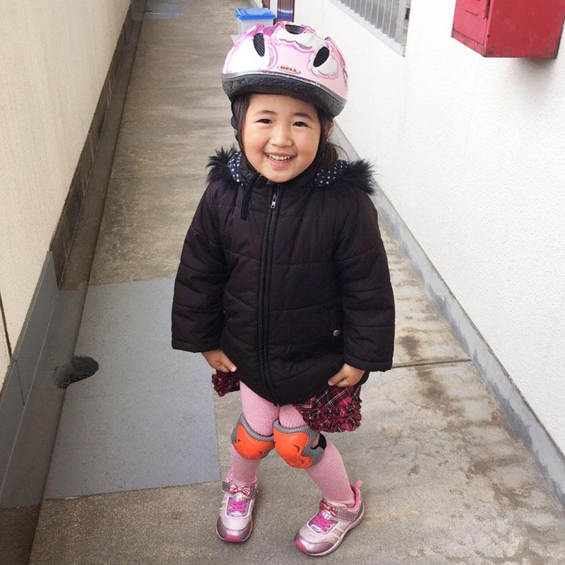 ヘルメットとプロテクターを装着した娘