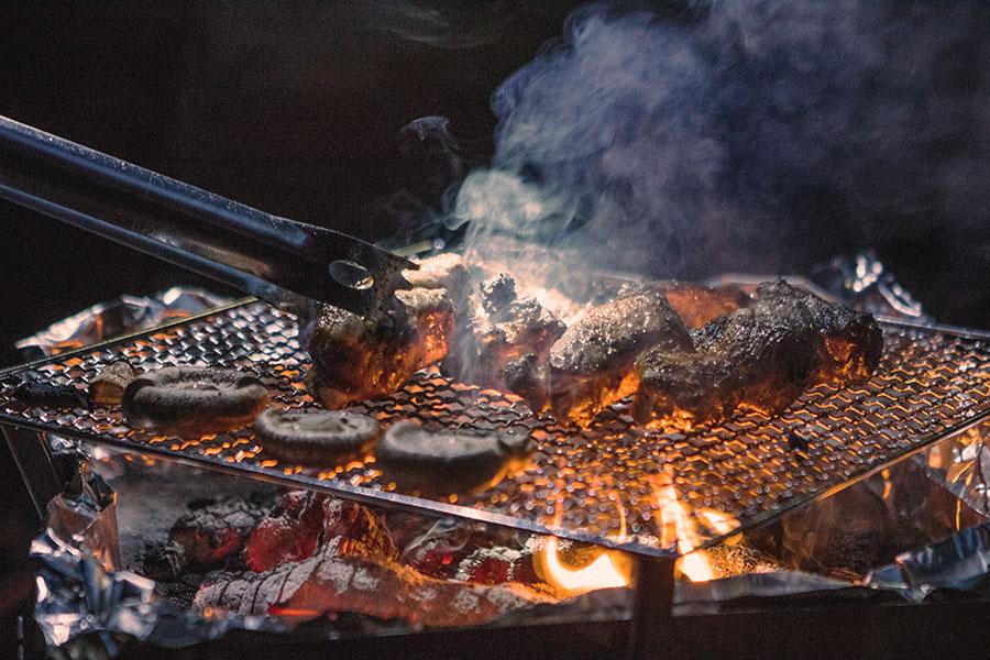 ユニフレームの焚き火台で厚切り肉