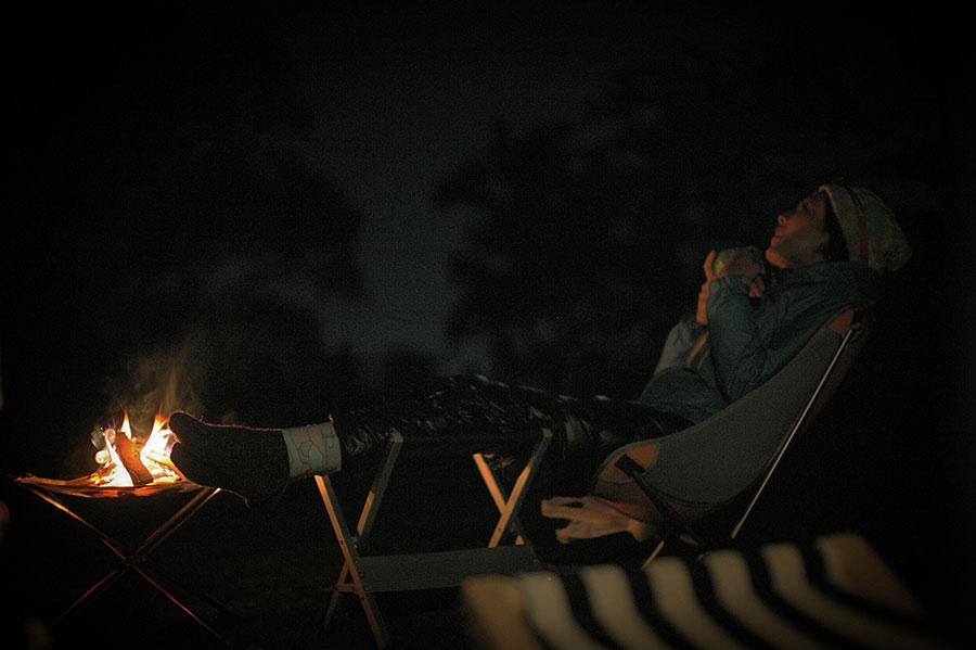 焚き火で星を眺める