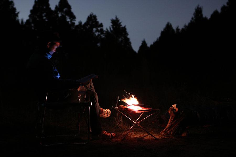 焚き火で読書