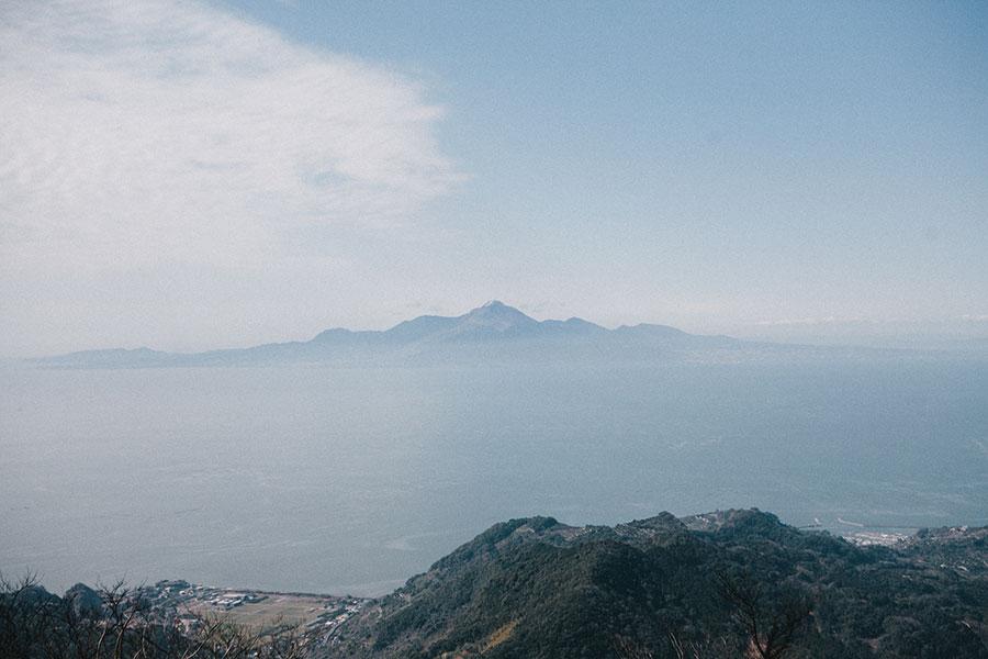 金峰山山頂から西に雲仙を望む.jpg