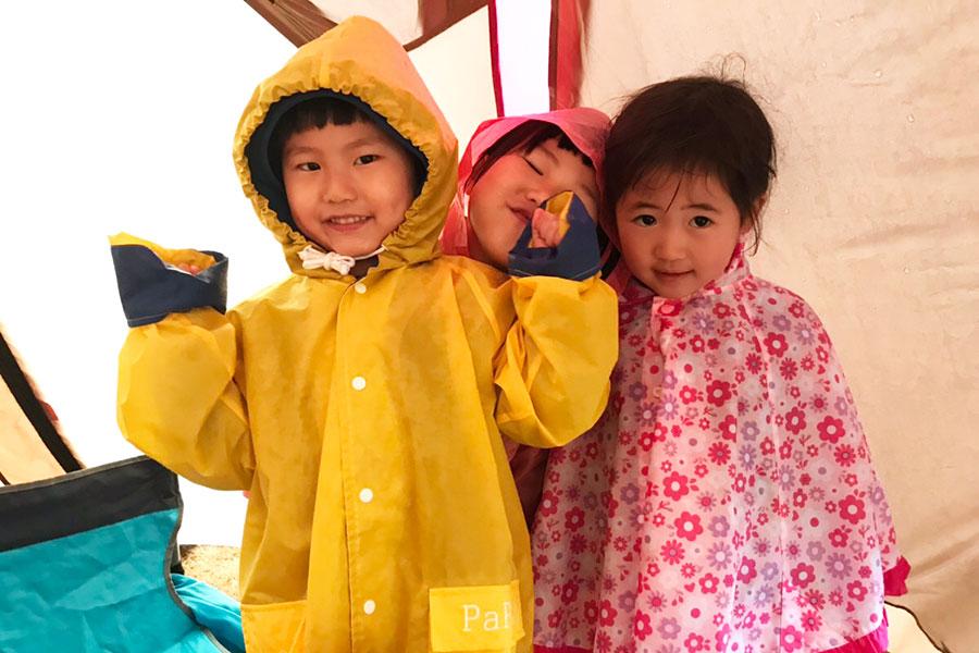 雨でも楽しむ子供たち
