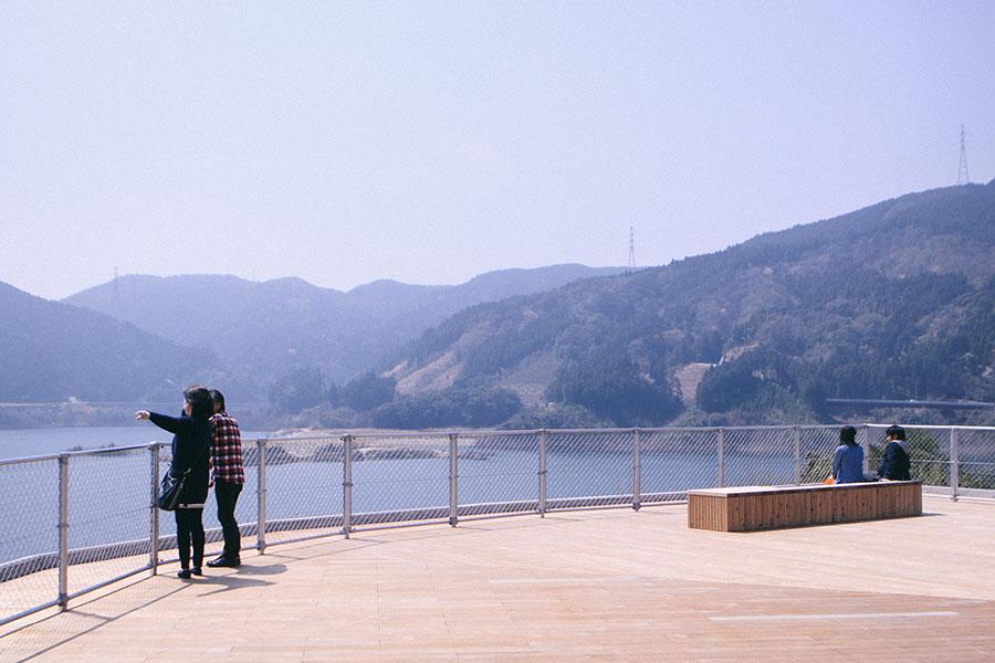 ダム湖に向かって座るベンチ