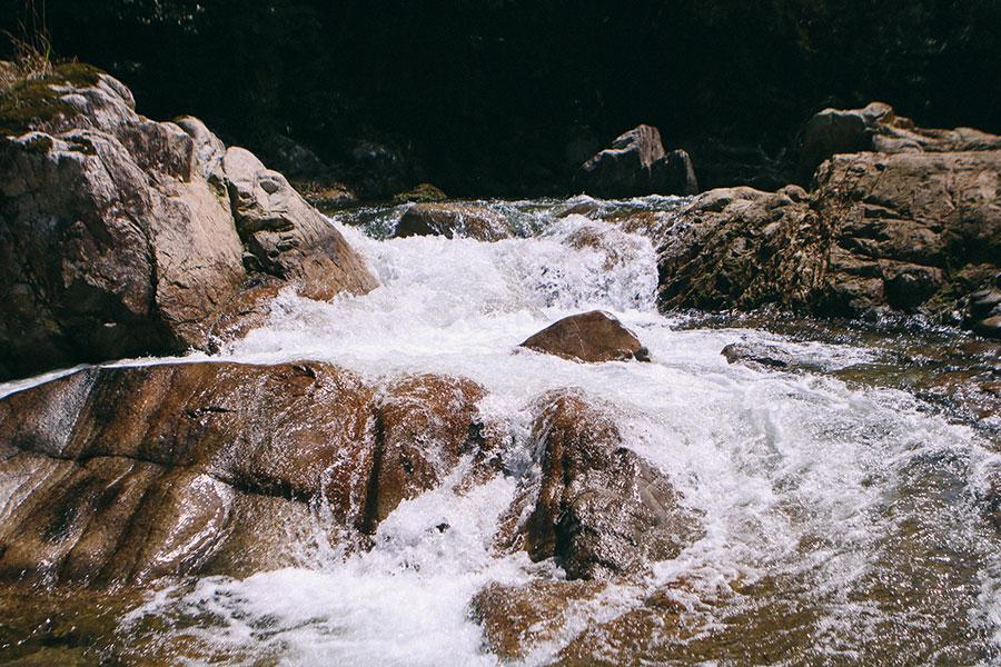上流側には小さな滝