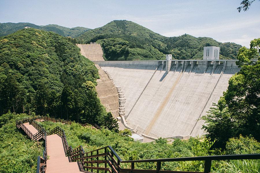五ケ山ダムの堤体を間近に見る
