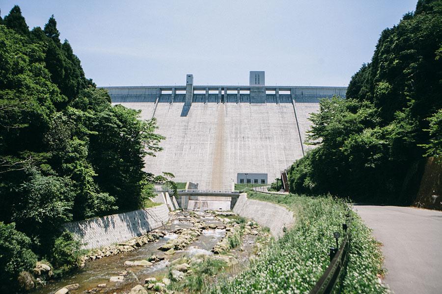 正面に迫力のある五ケ山ダムの堤体