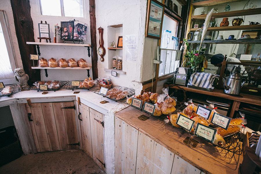 カウンターに並ぶ天然酵母パンたち