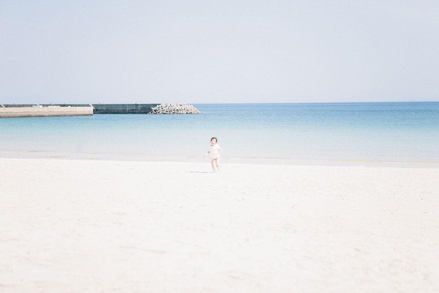 コバルトブルーの海が広がる筒城浜のビーチ