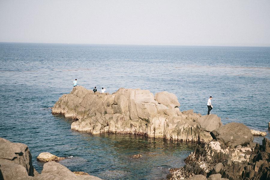 岩場には釣り人