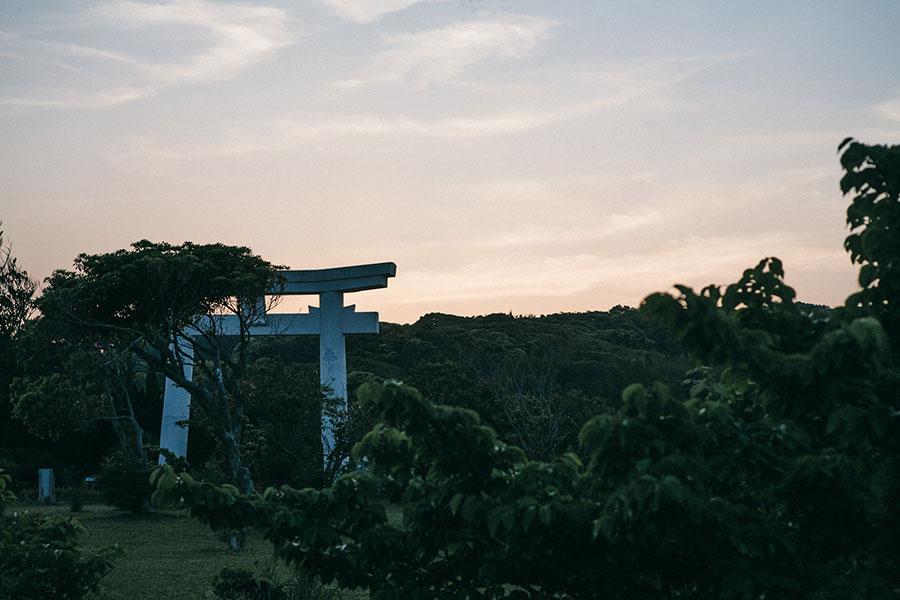 白沙八幡神社の鳥居と美しい夕焼け