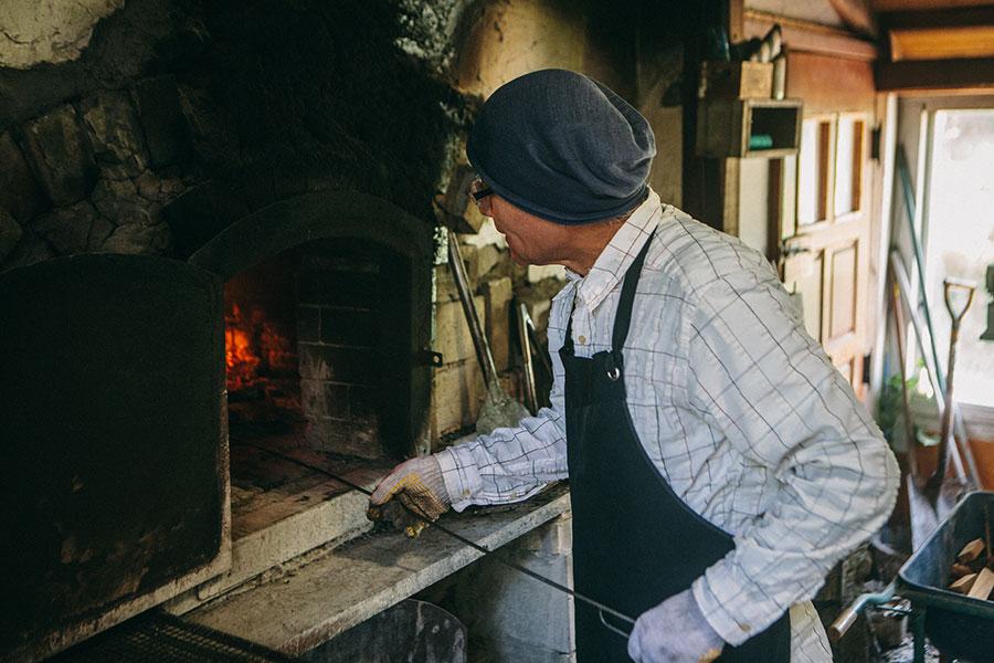 石窯でピザを焼くひろじい