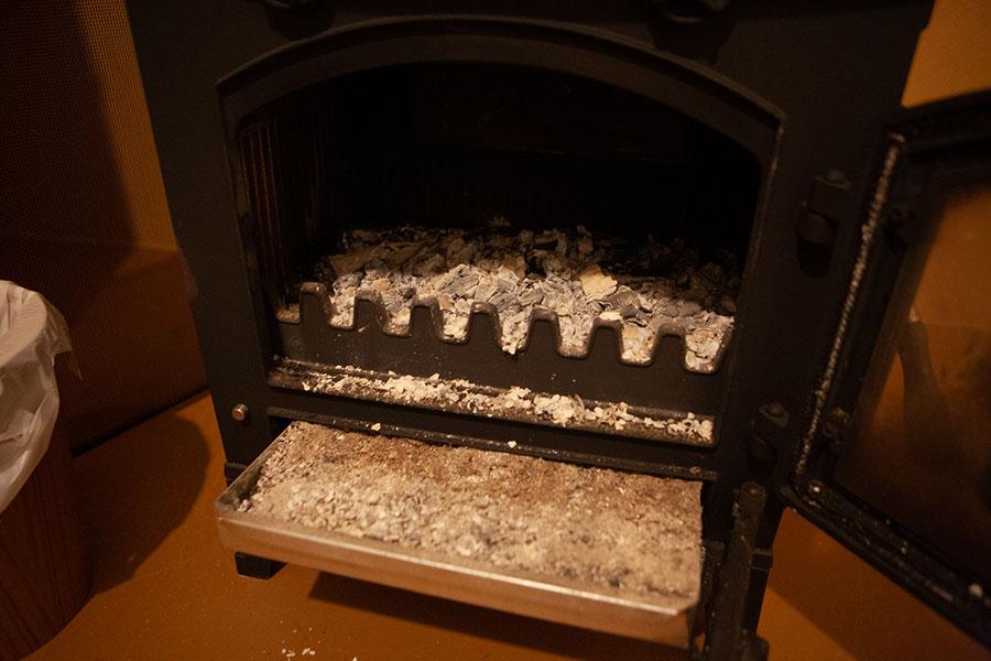 薪ストーブには灰がびっちり