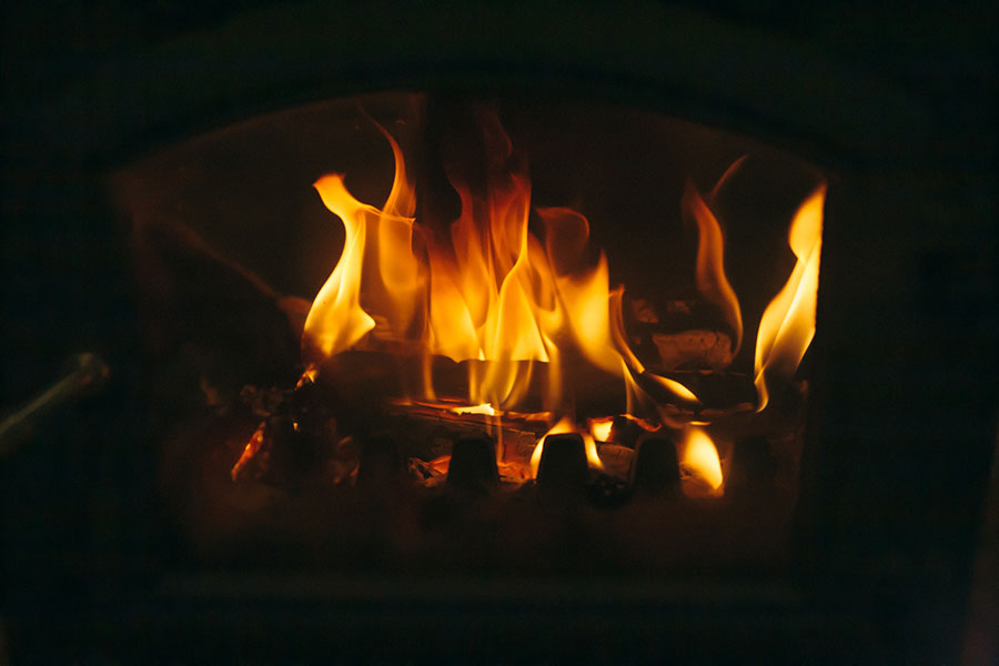 薪ストーブの炎と熾火