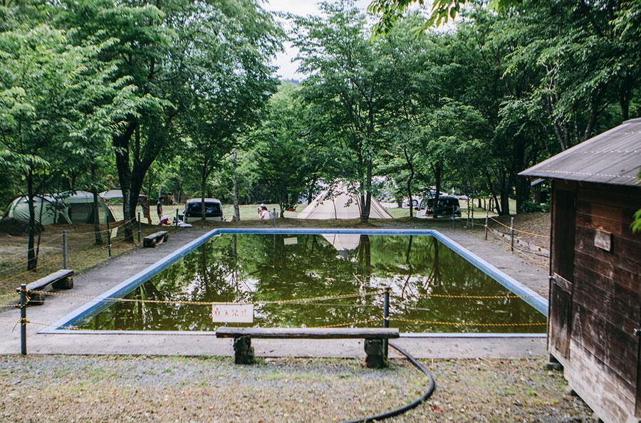 閉鎖中の天然水のプール