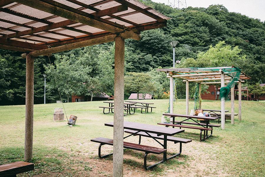東屋とテーブルとベンチ